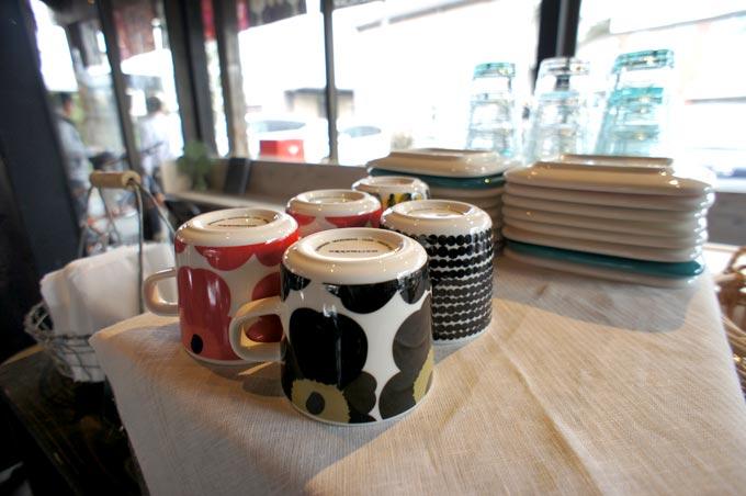 都田駅カフェ店内には、マリメッコ雑貨がたくさん