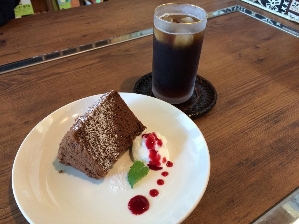 米粉のシフォンケーキとアイスコーヒー