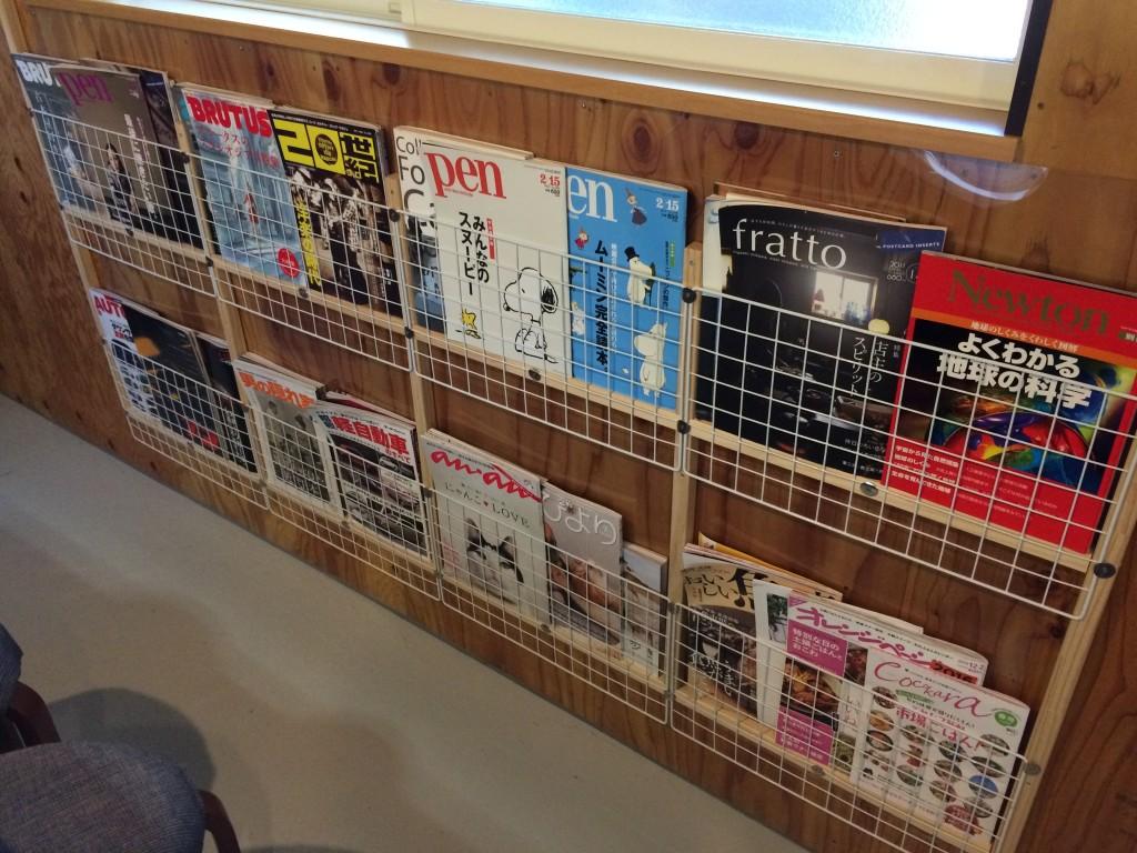 お好み焼きカフェカモノハシの店内には雑誌もあって一人でもOK