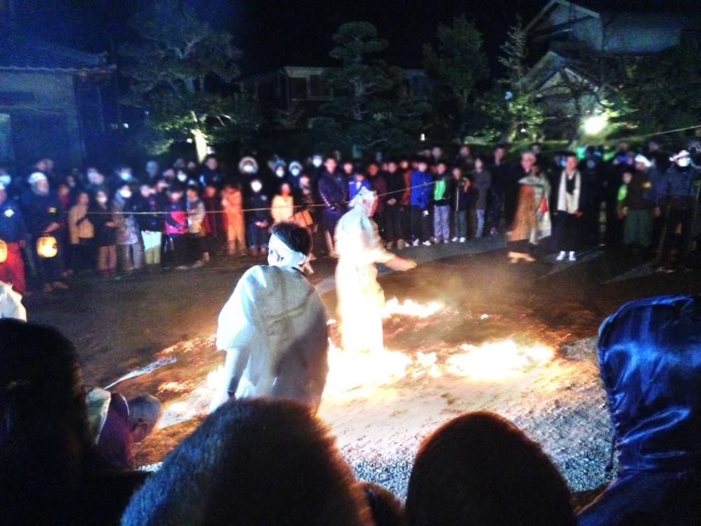 保泉寺の火渡りを渡る人