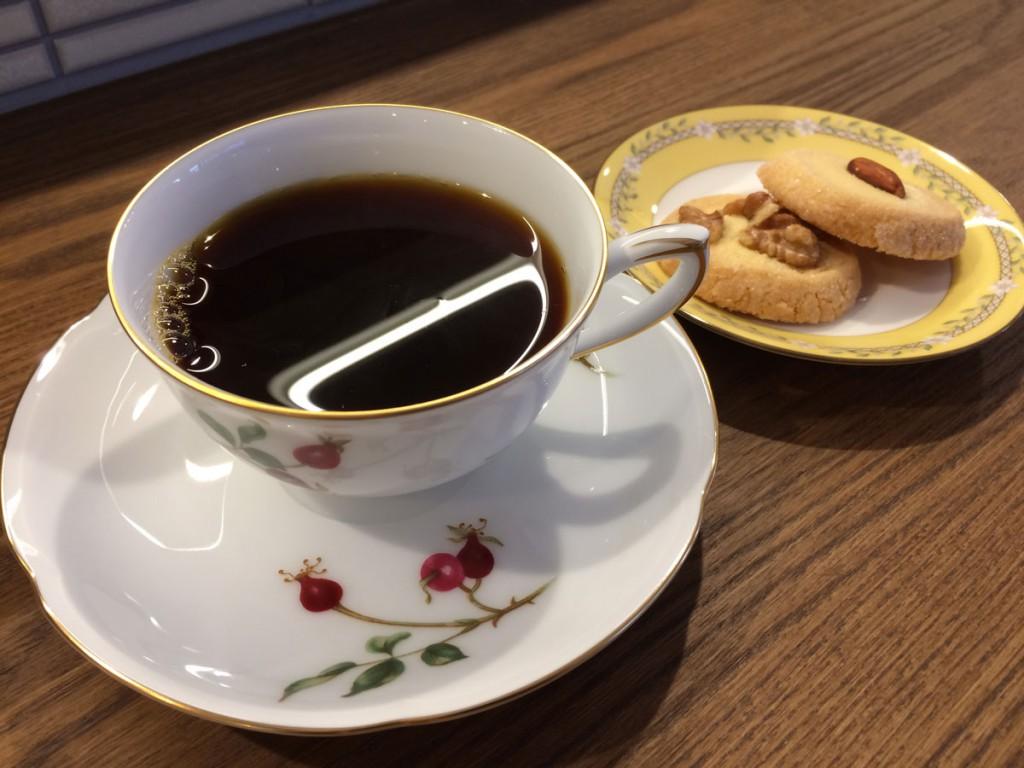 大倉陶園のカップでいただくコーヒーとクッキー