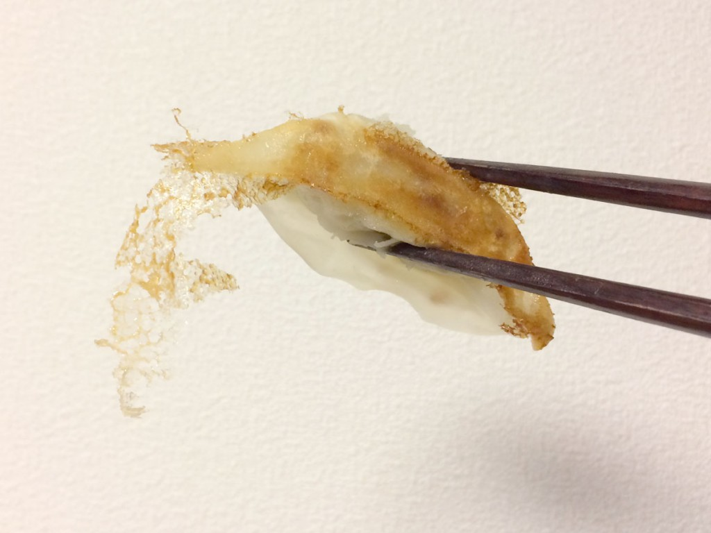 箸で餃子をつかむ