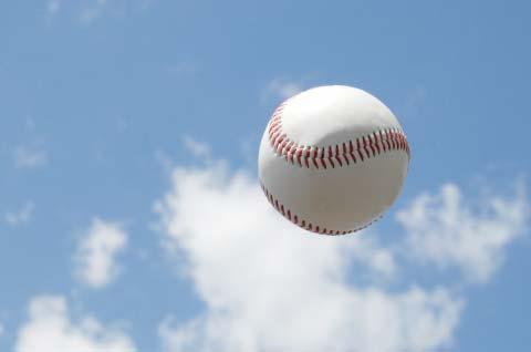 空と野球ボール