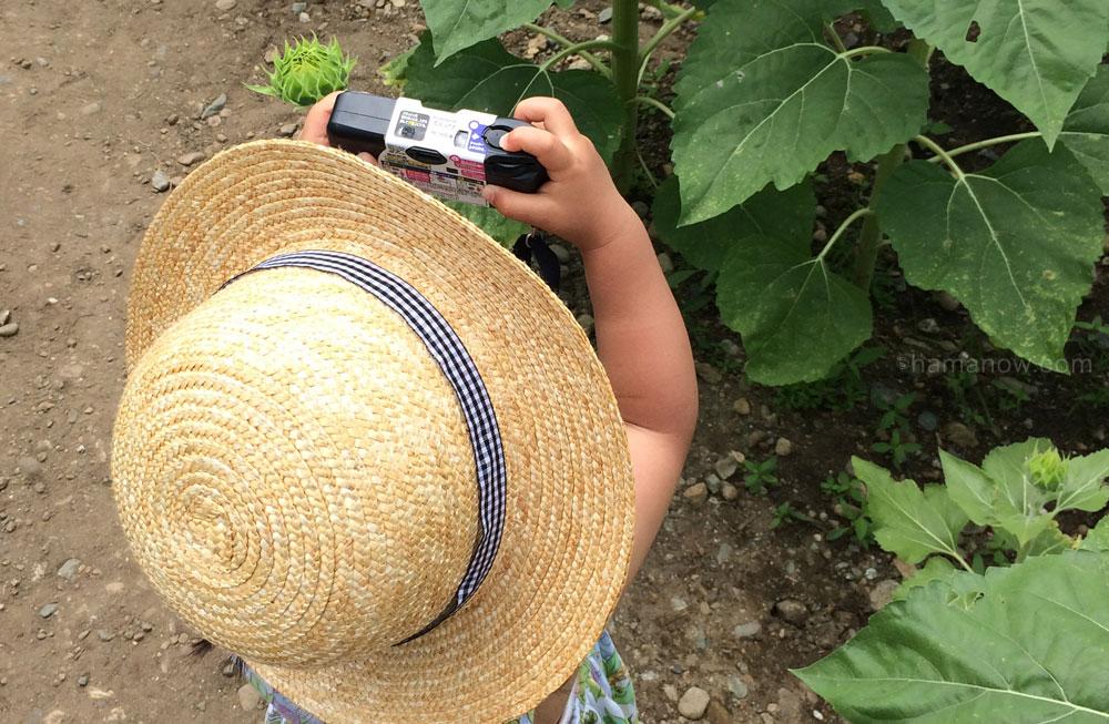 写ルンですで写真をとる子供