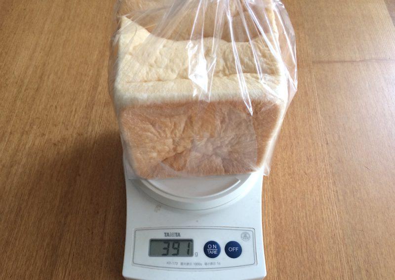 計りに乗った乃が美の食パン(ハーフサイズ)