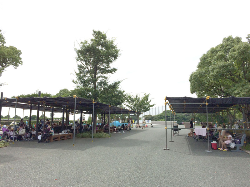 ガーデンパークの水遊び広場の日よけのあるベンチ