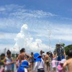 噴水と子供と青空と