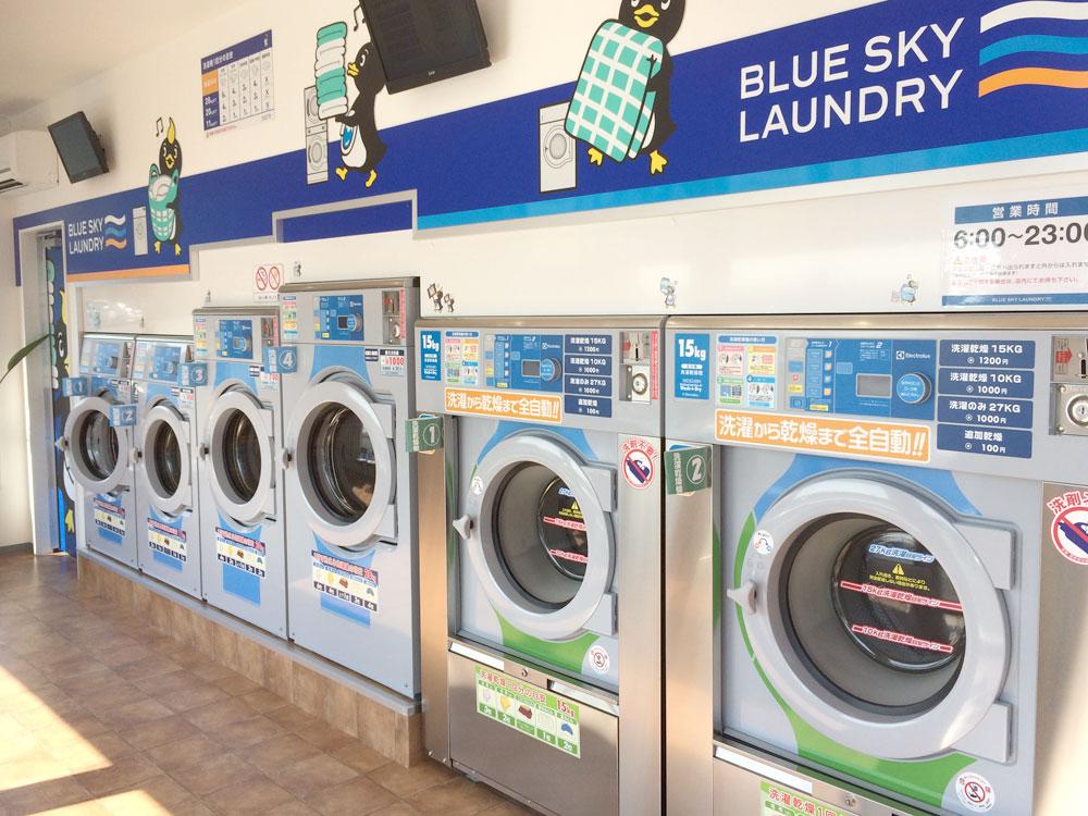 コインランドリー店内の洗濯機と洗濯乾燥機