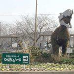 二川駅を出たところの恐竜