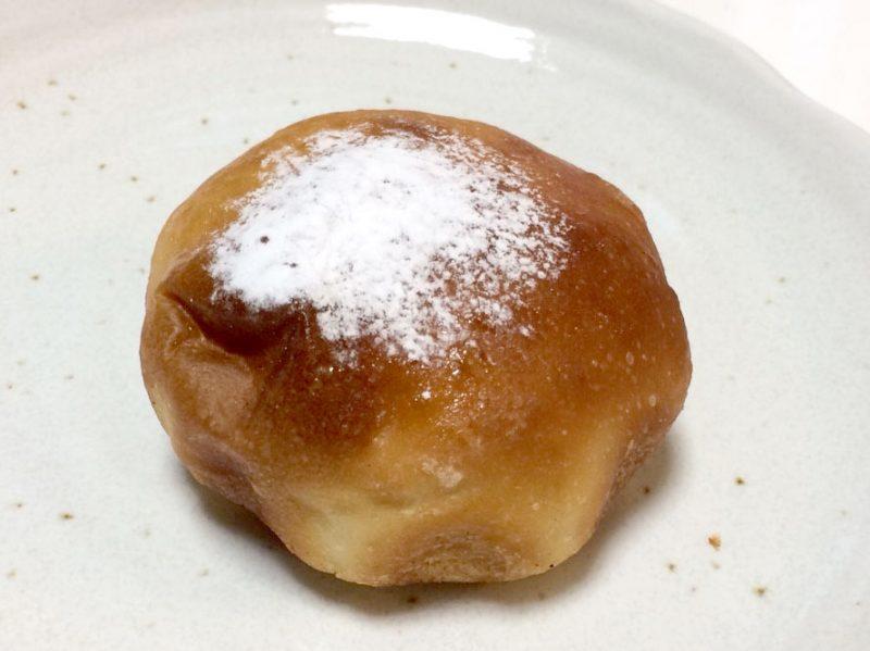 粉砂糖の掛かったクリームパン