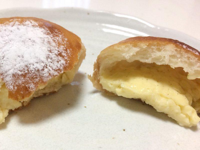 2つに割ったクリームパン