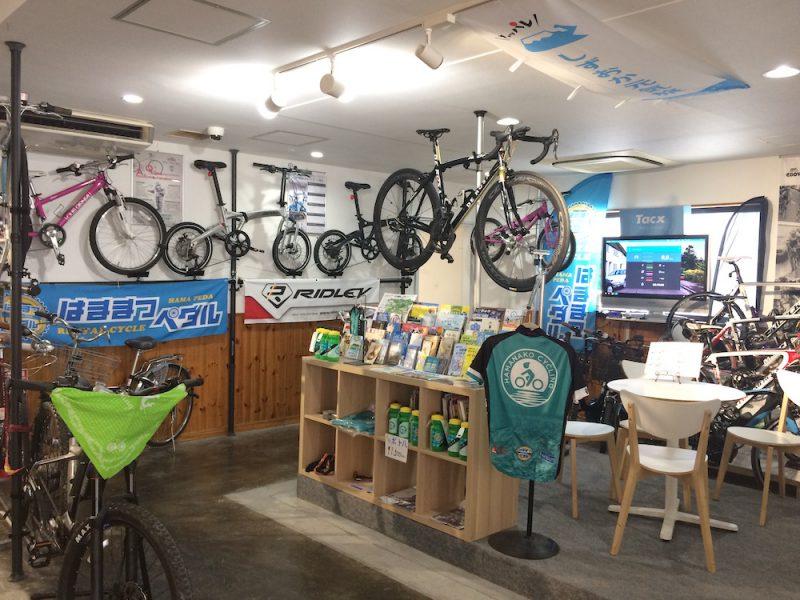 はままつペダルの店内左側。自転車がたくさんある。壁にもかけられている。
