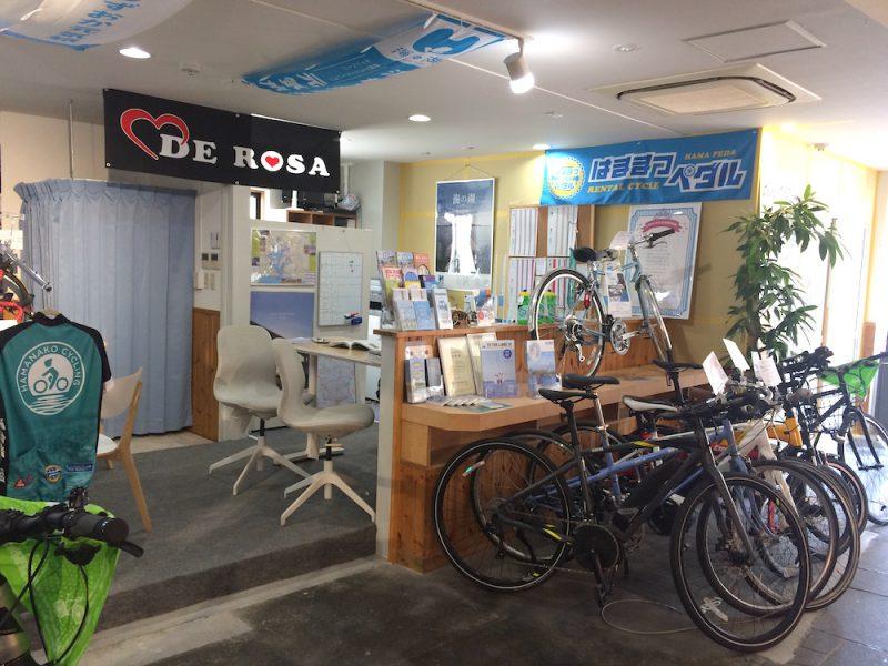 はままつペダルの店内右側。自転車がたくさんある。
