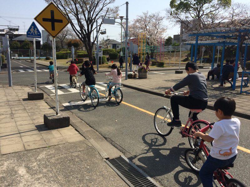 相生公園で自転車に乗る子供達