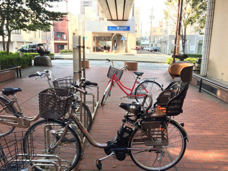遠州病院駅と駐輪場