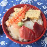 サンフィッシュ木野の500円海鮮丼。エビ、たい、タコ、マグロがのっている。