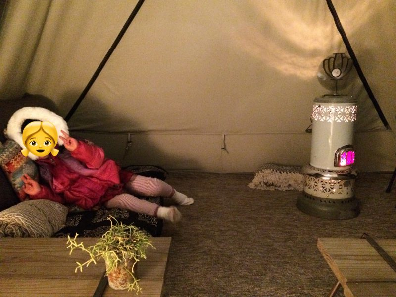 ストーブとおしゃれなソファのあるテント