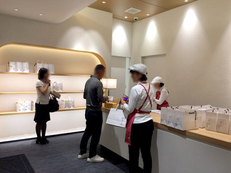 接客するスタッフさん。銀座に志かわ浜松広沢店にて。
