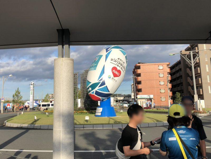 愛野駅前のラグビーボールのモニュメント