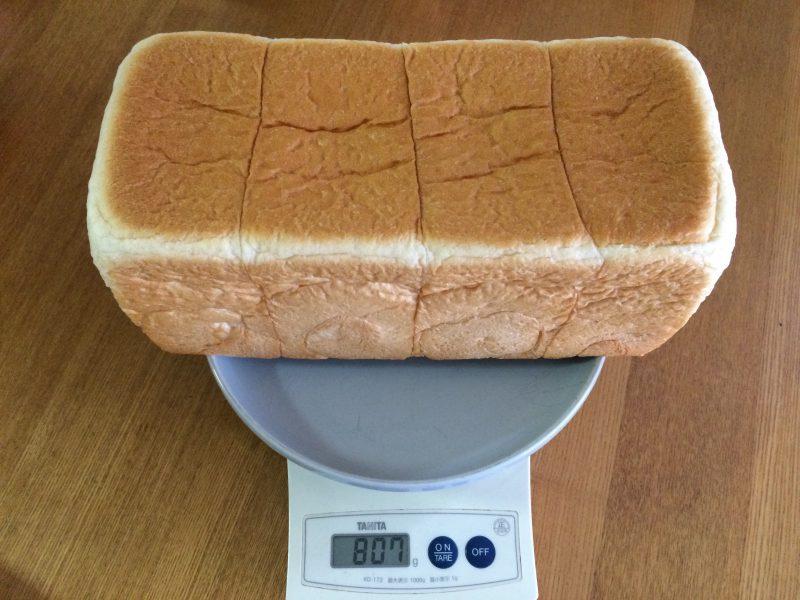 はかりに乗せられた銀座に志かわ(にしかわ)のパン